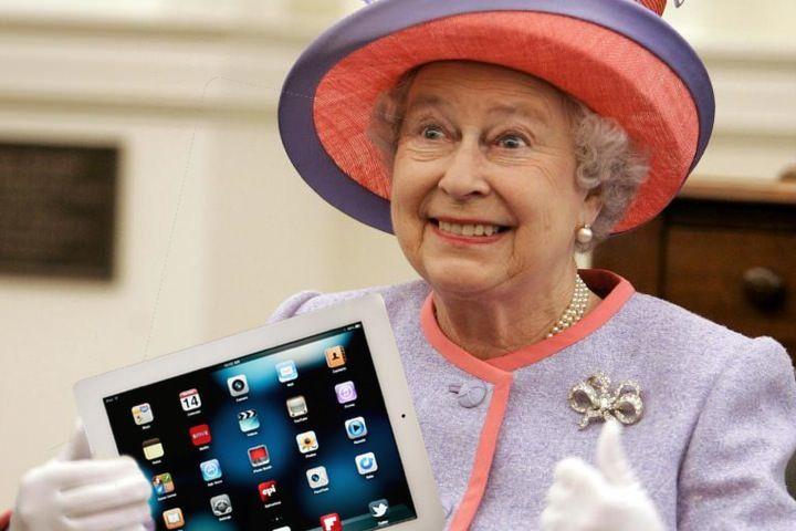 Королева Елизавета II наградила почетным титулом вице-президента компании Apple
