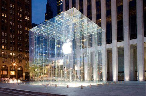 83 летняя жительница Нью-Йорка сломала нос о стеклянную дверь Apple Store и требует компенсацию в размере  млн.