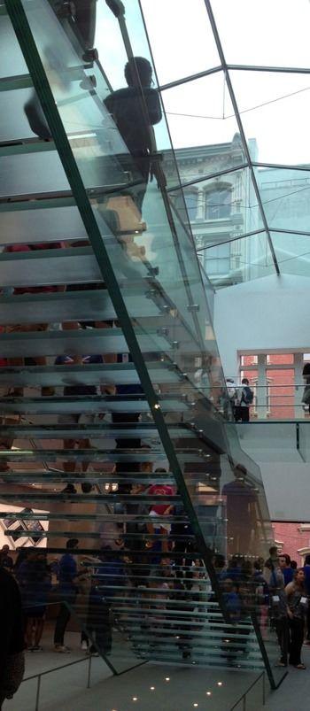 Лестница из стекла от Apple