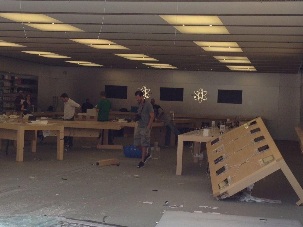 Видеосъемка ограбления, грабителями протаранившими Apple Store на BMW X5 появилась в сети