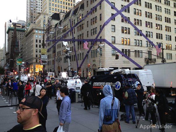 Доступны видео и фото с запуска продаж iPhone 5 в Apple Store на Пятой авеню в Нью-Йорке