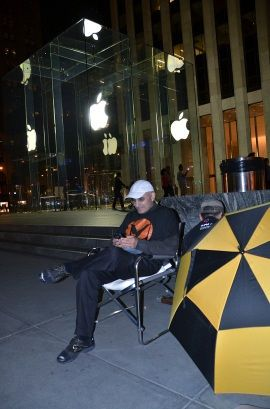 В Нью-Йорке уже собираются люди с надеждой приобрести iPhone 5