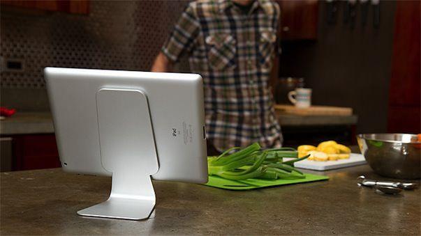 Slope - алюминиевая подставка-держатель для iPad на основе силы всасывания нанопены
