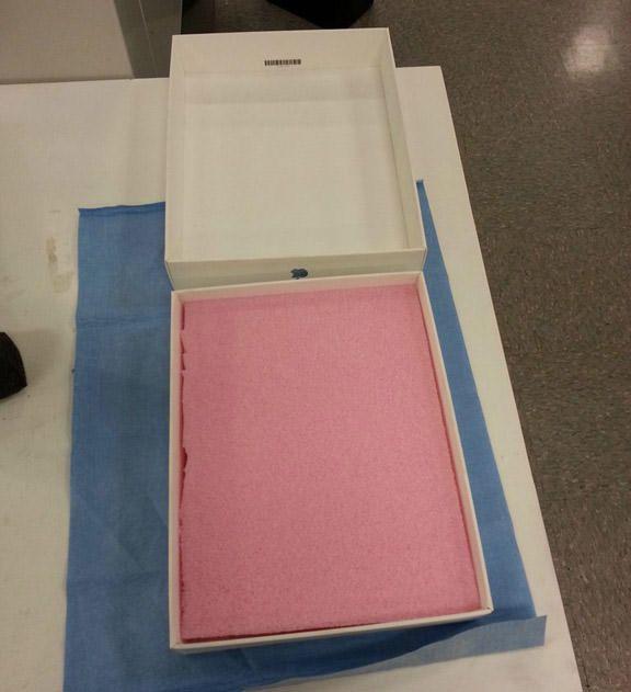 Оригинальное предложение руки и сердца с помощью... коробки от iPad
