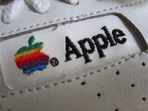Фото кроссовок, выпущенных для сотрудников Apple в 90-х годах