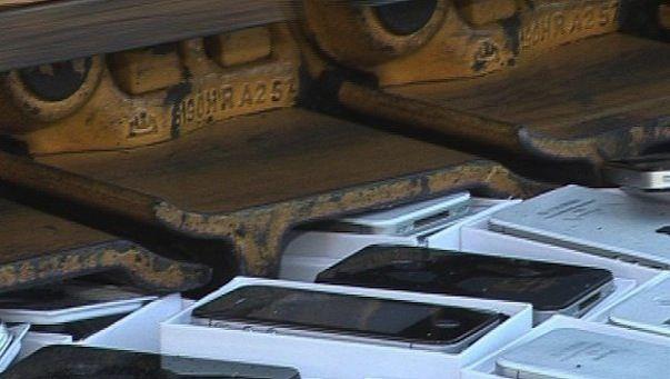 Более сотни iPhone были уничтожены бульдозером в Амурской области России