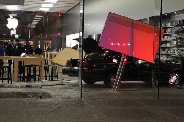 Двери App Store в Чикаго протаранил автомобиль, водитель которого не справился с управлением