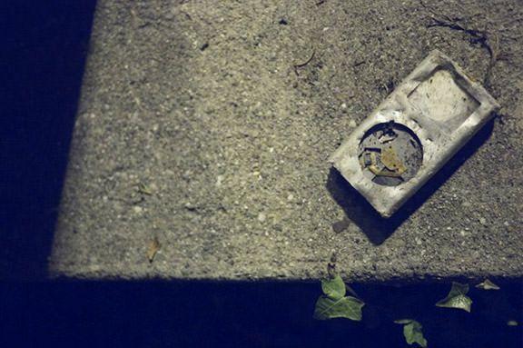 Поврежденный iPod mini, валяющийся на автобусной остановке в г. Фрибурге (Швейцария).