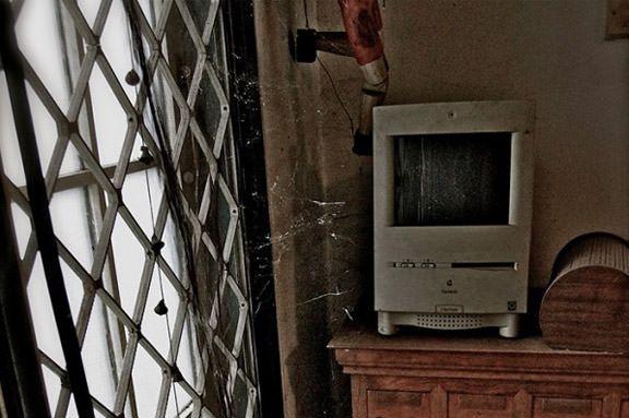 Macintosh с цветным экраном в одном из заброшенных домов.