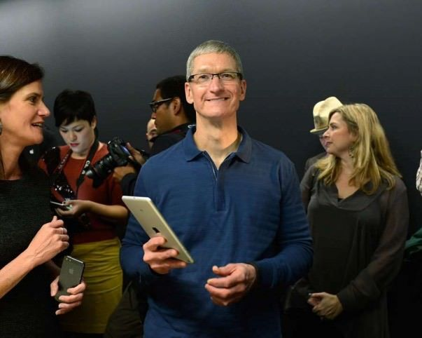 Tim-Cook-holds-iPad-with-Katie-Cotton-Jacqui-Cheng