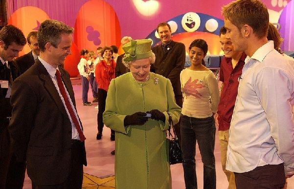 Елизавета II получает памятный значок передачи Blue Peter