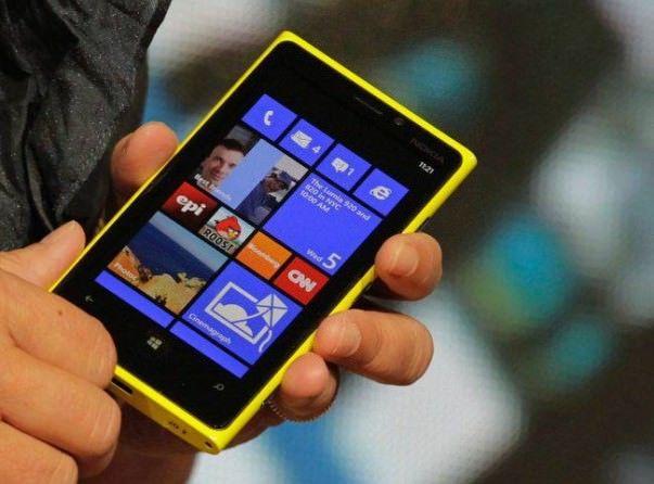 Nokia-Lumia-with-sun-batery