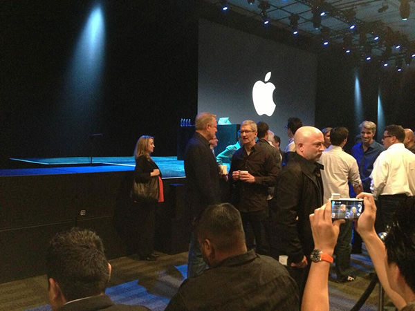 Tim-Cook-and-Al-Gore-at-WWDC-2013