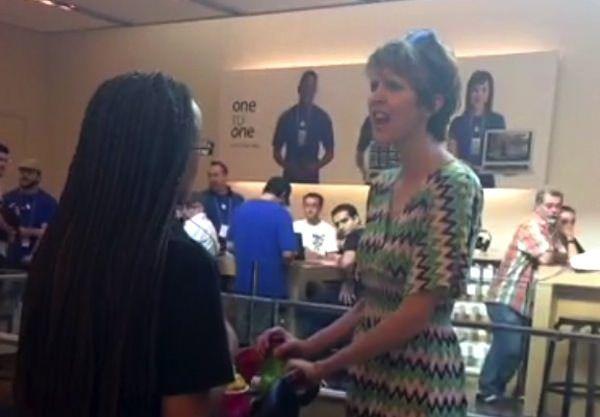 Кричащая женщина в Apple Store