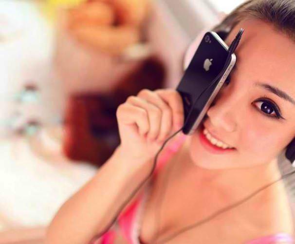 корейская девушка с iPhone