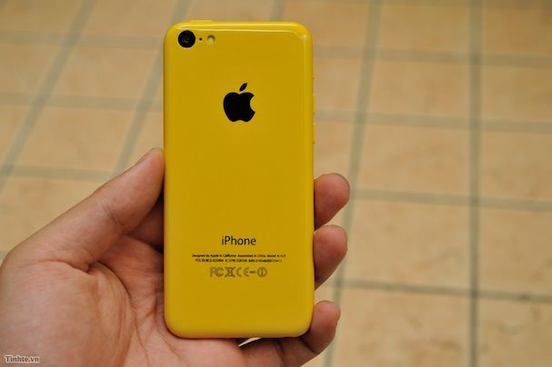 желтый бюджетный iPhone