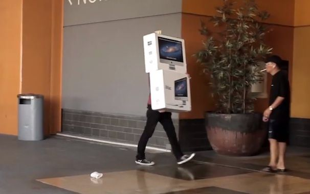разбивают iMac