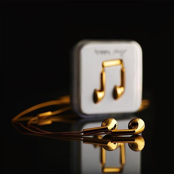 золотые наушники EarPods