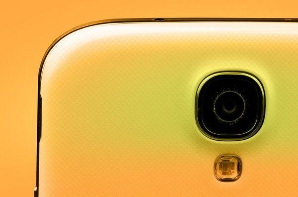 Смартфон Galaxy S4 в золотистом корпусе