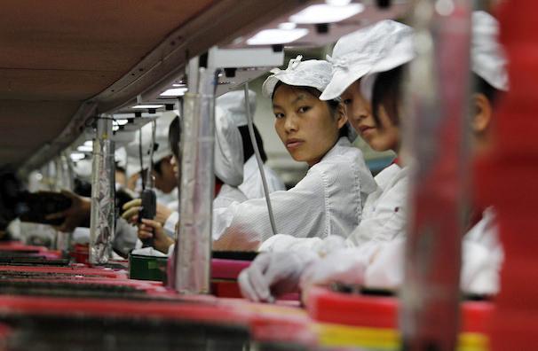 рабочие на фабриках Apple