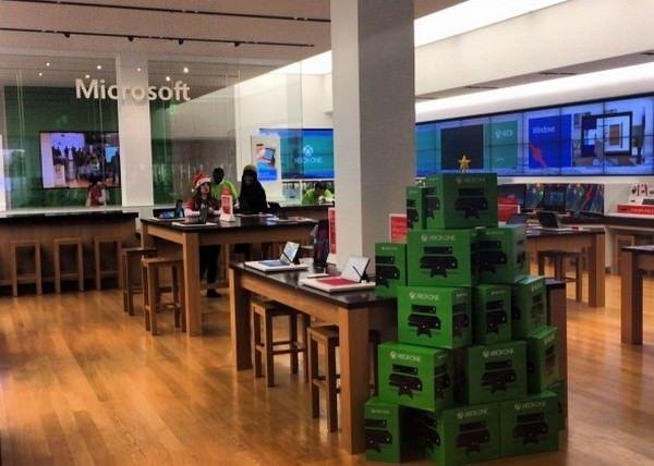 Пустые магазины Microsoft на фоне ажиотажа в Apple Store