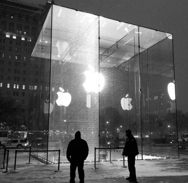 Снегоуборочная машина протаранила самый известный Apple Store