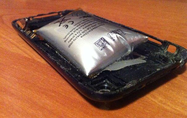 батарея iPhone 3gs на грани взрыва