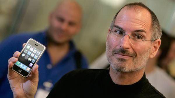 Стив Джобс демонстрирует первый iPhone