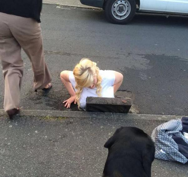 Девушка застряла в канализации