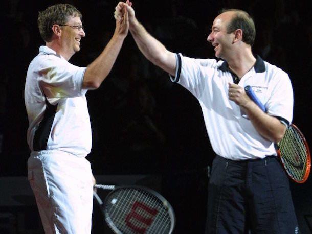 Джеф Безос и Билл Гейтс играют в теннис