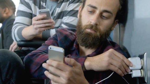 Samsung высмеивает батарею iPhone