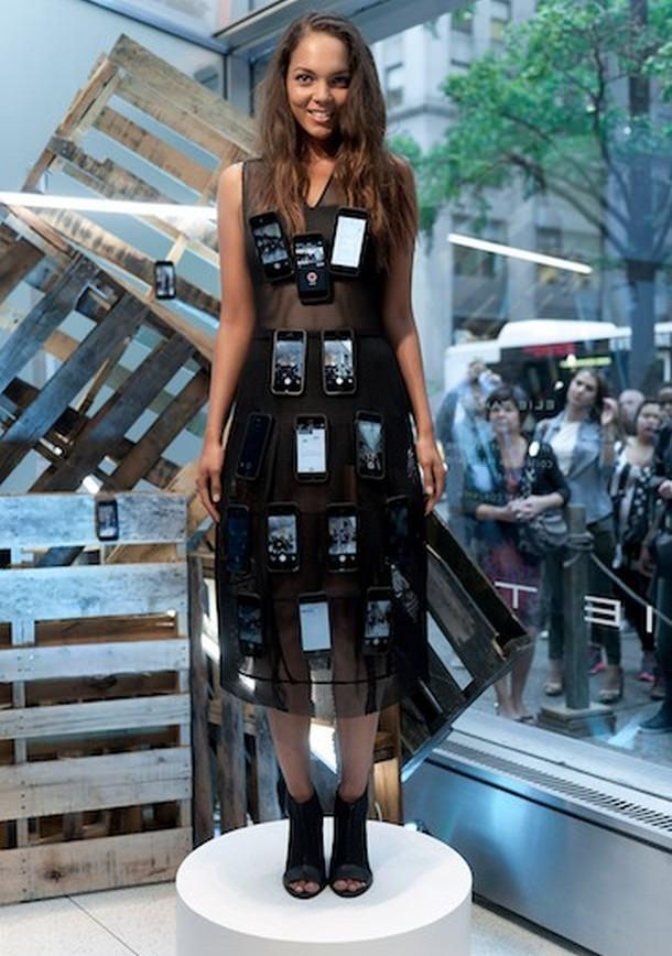 Американский дизайнер создал платье из 50 iPhone 5s