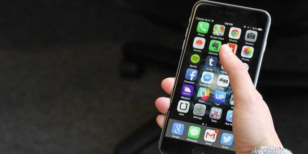 iPhone 6 Plus в руке