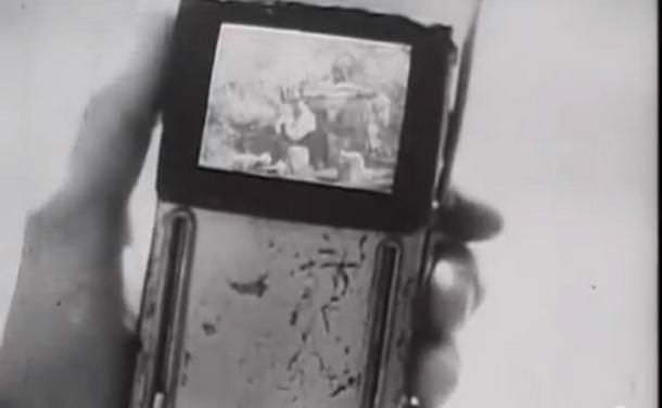 """В футуристической рекламе 40-ых """"засветились"""" устройства похожие на iPhone и iPad"""