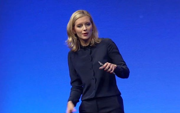 Ведущая презентации Samsung Unpacked пользуется гаджетом Apple