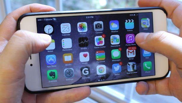 iphone 6 plus в двух руках