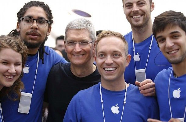 Тим Кук и сотрудники Apple Store