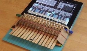 Как создать iPad-пианино при помощи картона и бельевых прищепок