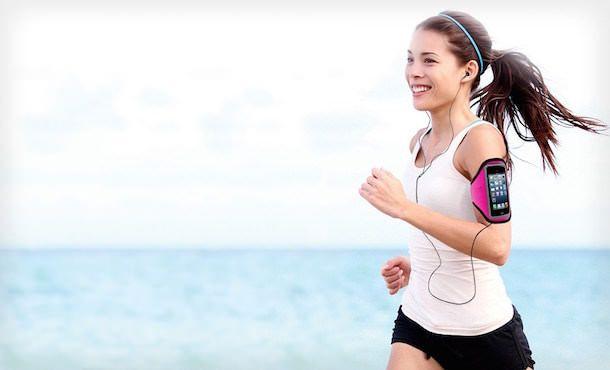 Девушка с iPhone 6 и спортивным чехлом