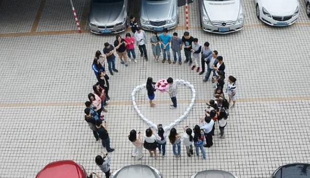 Китаец сделал предложение с помощью 99 iPhone 6