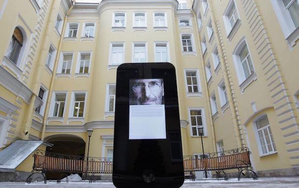 Памятник Джобсу в Петербурге