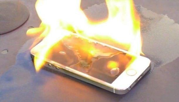 Владельцы памятника Стиву Джобсу планируют публично сжечь сто смартфонов iPhone