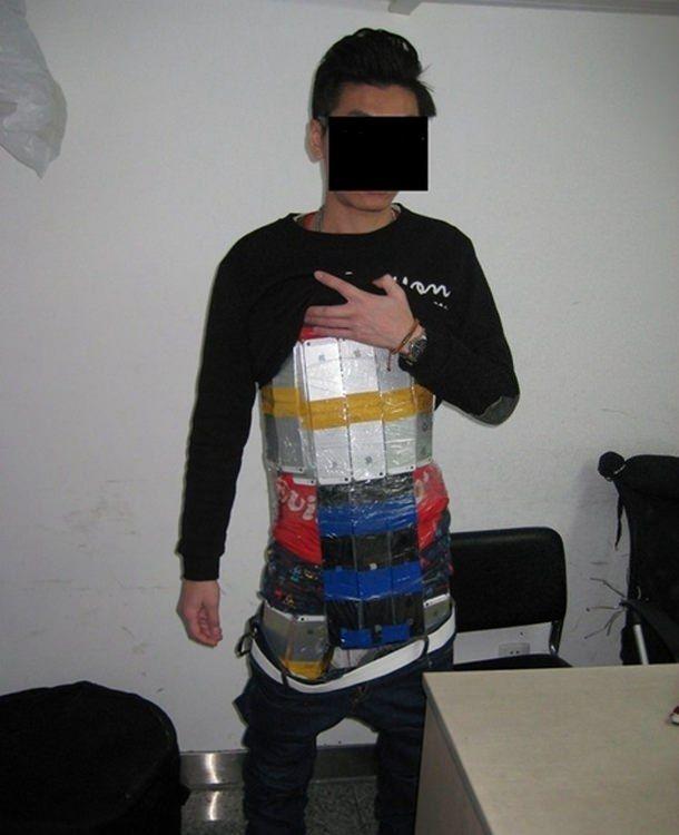 Контрабандист обклеенный 94 смартфонами iPhone