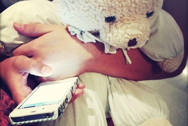 iPhone в руках девочки