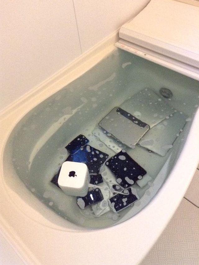 устройства Apple в воде