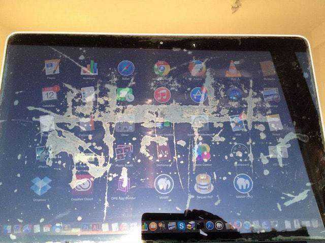 отслоение защитного покрытия экрана на MacBook Pro