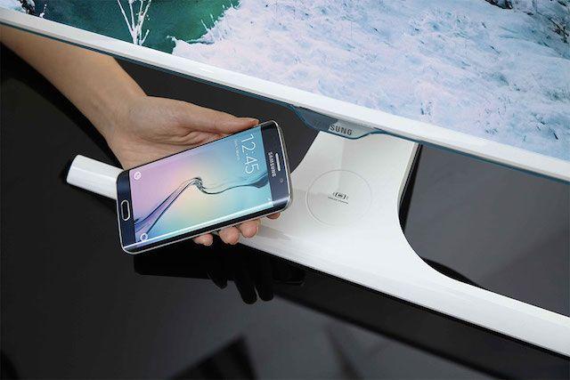 Samsung представила монитор, способный заряжать мобильные устройства