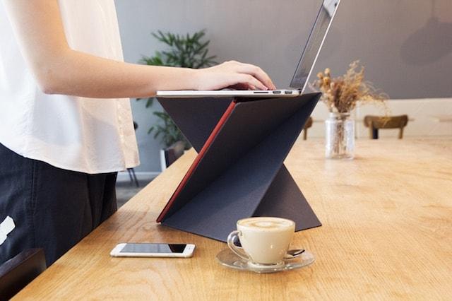 Levit8 - складной столик-подставка для MacBook