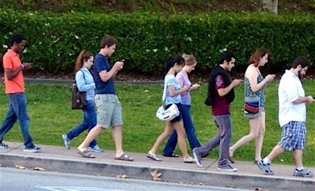 Люди смотрят на экраны смартфонов 1,5 месяца в году
