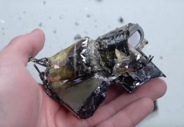 iPhone 6s скручен в узел мощной лебедкой